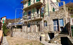 VU3 - USCIO - 142mq - € 130.000 - A pochi minuti dal centro del paese proponiamo in vendita una villetta indipendente disposta su tre piani con ampio cortile con accesso carrabile e giardinetto.