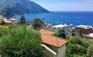 VC14 - CAMOGLI - 199mq - € 695.000 - In posizione tranquilla, circondata dal verde e raggiungibile a piedi in pochi minuti dal centro del paese, proponiamo in vendita casa genovese trifamiliare.